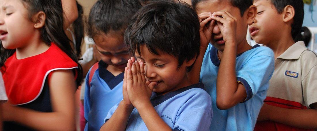Children praying in El Salvador