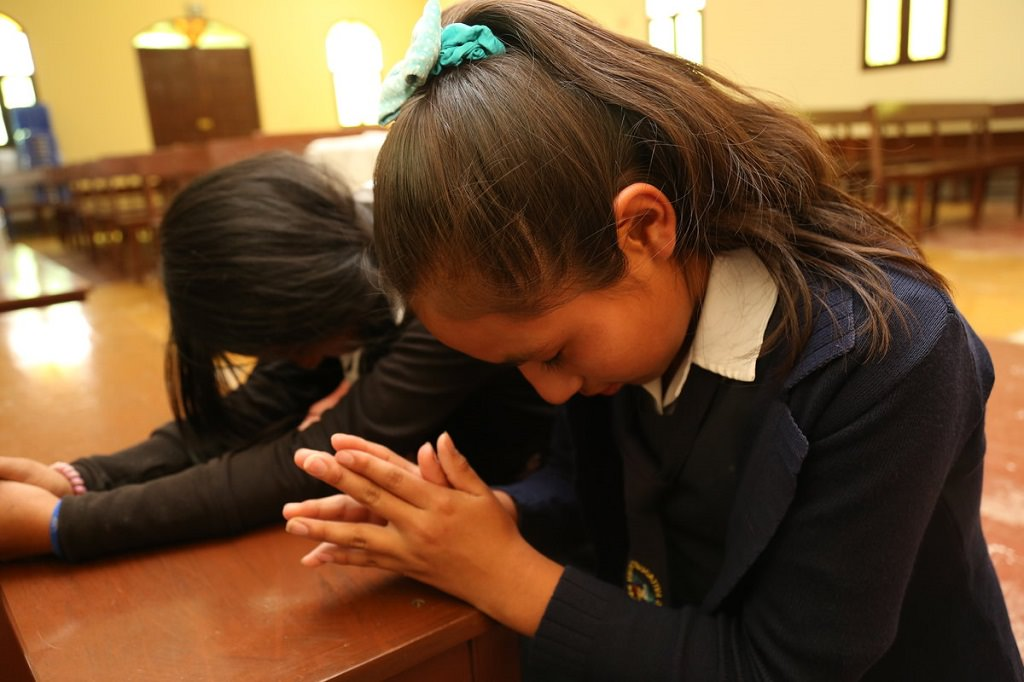 Bolivian girls praying