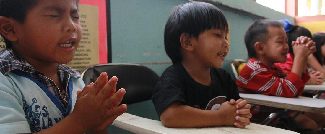 Children praying in Indonesia