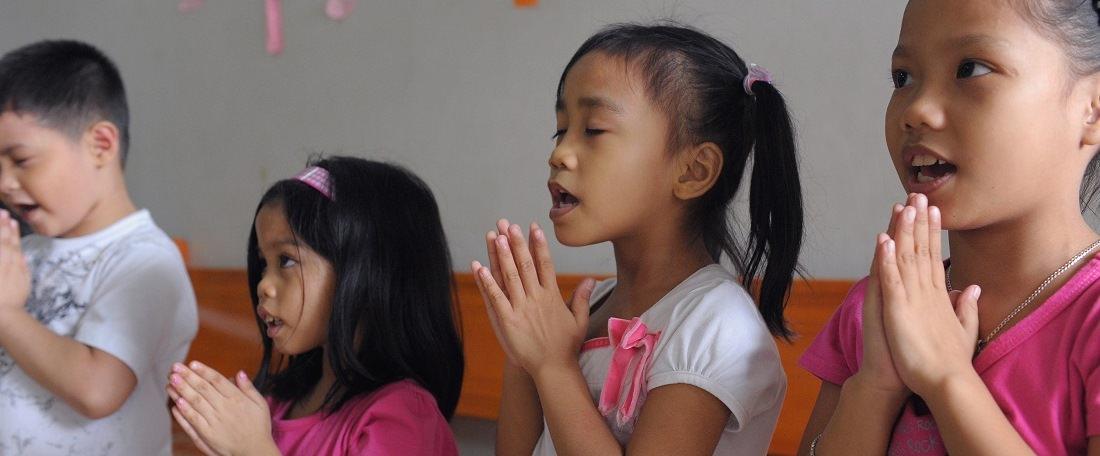 Philippines children praying