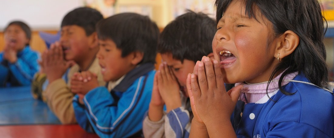 Bolivian children praying