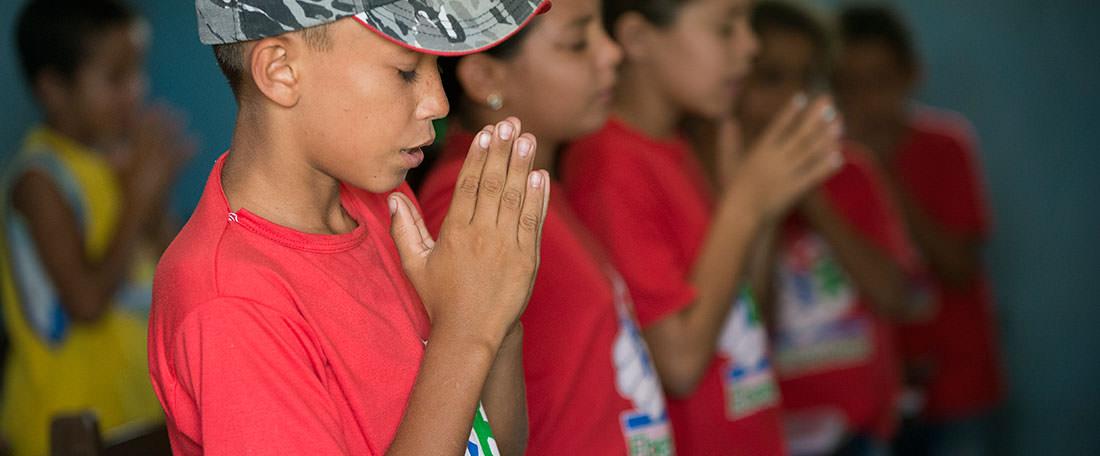 Brazilian children praying