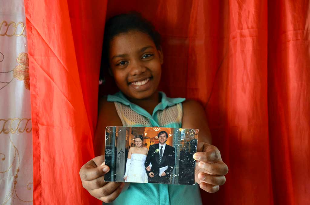 Yellssa holding a photo of her sponsors