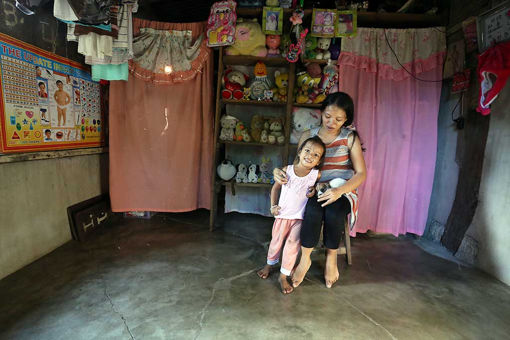 Mother and daughter in Philippines